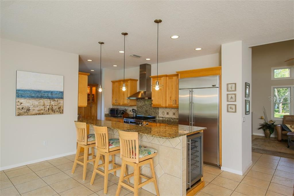 Kitchen with breakfast counter - Single Family Home for sale at 827 Paradise Way, Sarasota, FL 34242 - MLS Number is A4167744