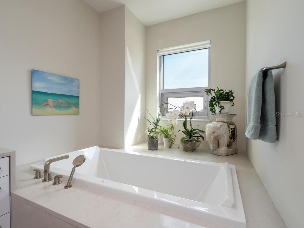 Master suite soaking tub. - Condo for sale at 1301 Main St #1001, Sarasota, FL 34236 - MLS Number is A4402790