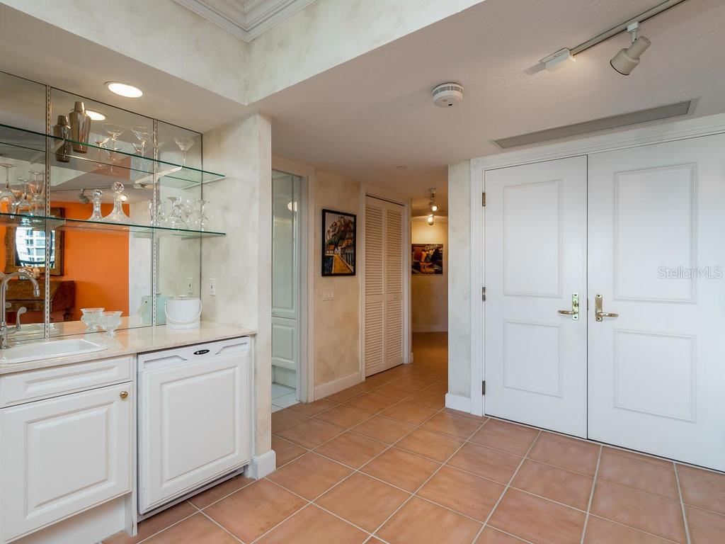 Wet bar and foyer looking toward master bedroom hallway. - Condo for sale at 1241 Gulf Of Mexico Dr #406, Longboat Key, FL 34228 - MLS Number is A4406877
