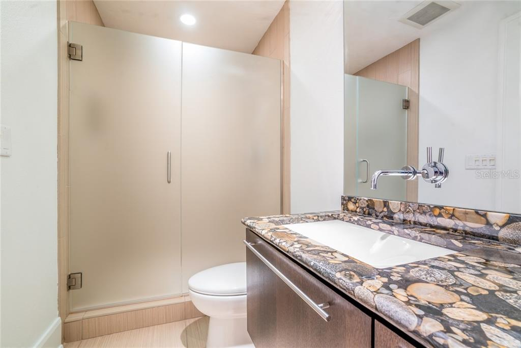 En suite bath #1 - Townhouse for sale at 222 Beach Rd #4, Sarasota, FL 34242 - MLS Number is A4416747