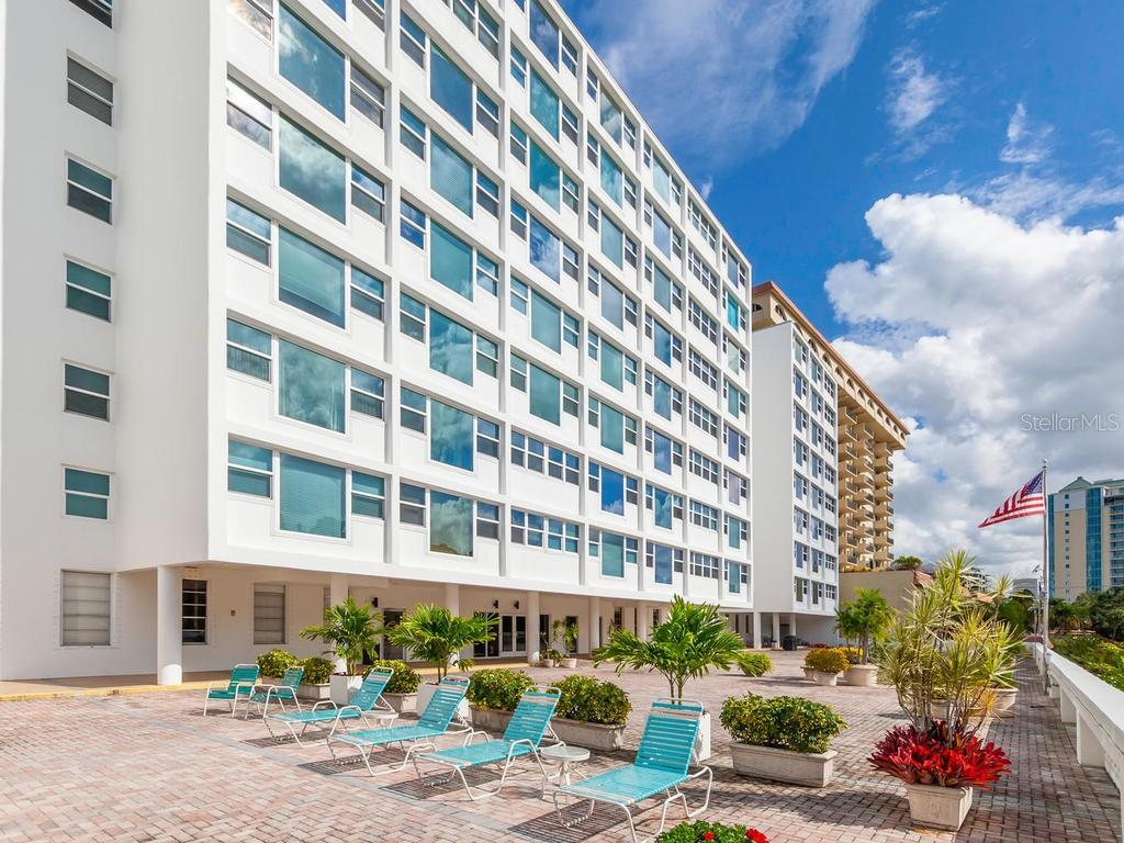Oversized pool and amenity deck. - Condo for sale at 33 S Gulfstream Ave #706, Sarasota, FL 34236 - MLS Number is A4419314
