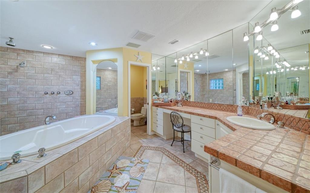 LARGE WALK IN SHOWER, SOAKING JET TUB, PRIVATE WATER CLOSET, VANITY AREA WITH MIRRORED STORAGE & A WALK IN CLOSET - Single Family Home for sale at 3 Winslow Pl, Longboat Key, FL 34228 - MLS Number is A4464990
