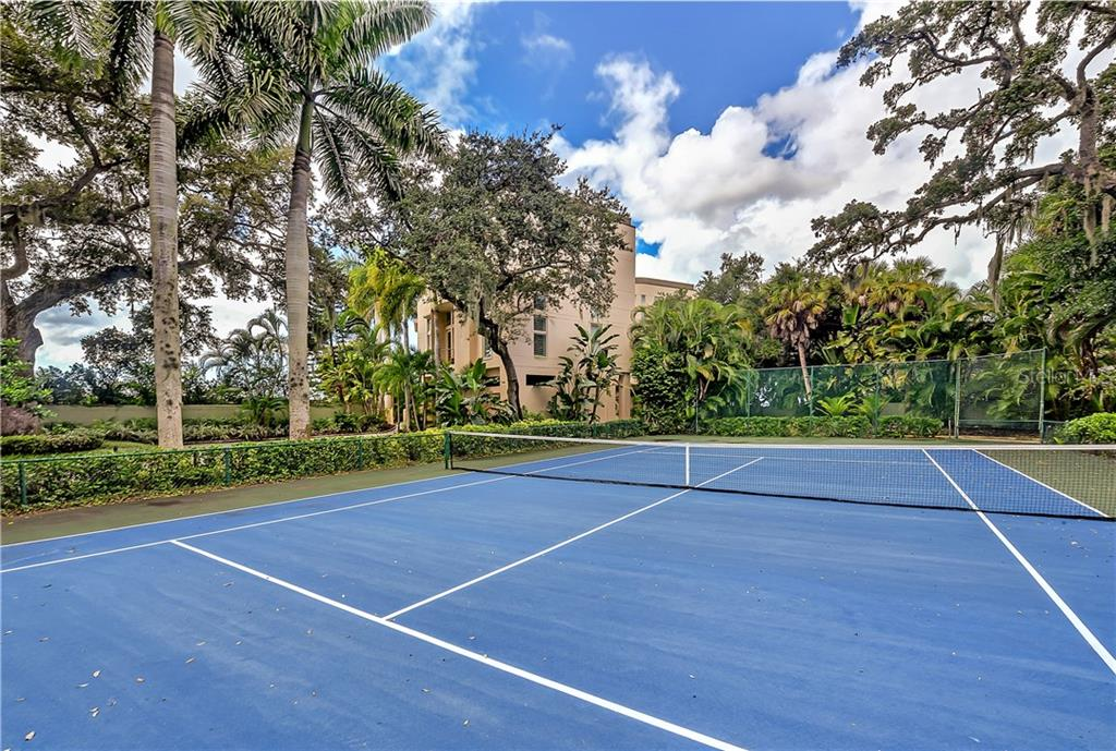 Single Family Home for sale at 929 Alameda Way, Sarasota, FL 34234 - MLS Number is A4486270