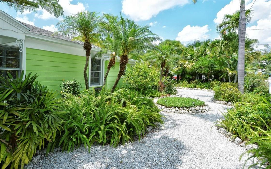 Front yard. - Single Family Home for sale at 542 Ohio Pl, Sarasota, FL 34236 - MLS Number is A4488498