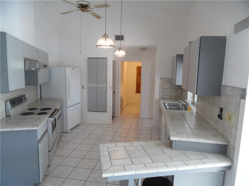 kitchen has a breakfast bar - Single Family Home for sale at 441 Baynard Dr, Venice, FL 34285 - MLS Number is N5915507