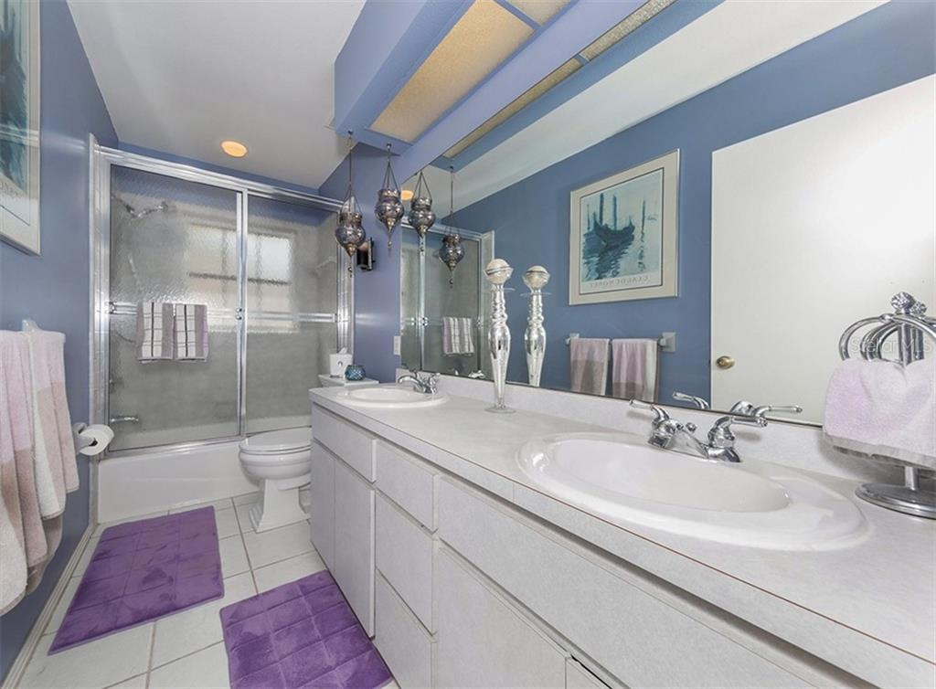 Hall / Pool Bath with easy access to adjacent bedrooms. - Single Family Home for sale at 620 Valencia Rd, Venice, FL 34285 - MLS Number is N6100912