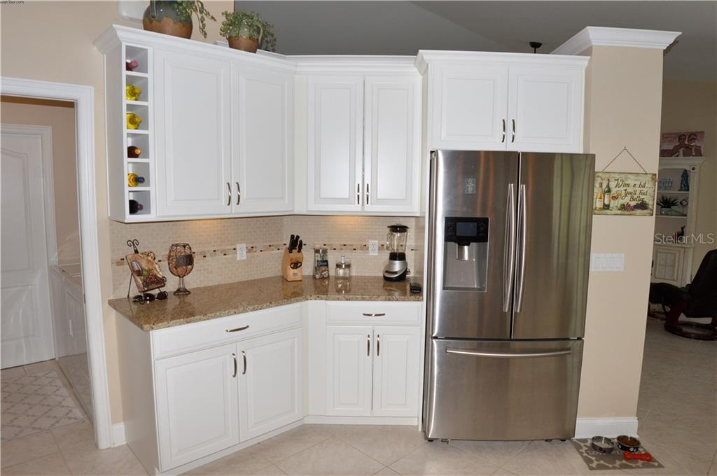 Kitchen - Single Family Home for sale at 537 Lake Of The Woods Dr, Venice, FL 34293 - MLS Number is N6106043