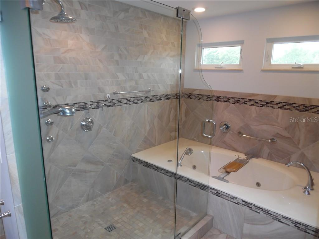 master bath room, separate shower and therapy tub - Single Family Home for sale at 625 Gardenia Dr, Venice, FL 34285 - MLS Number is N6107979