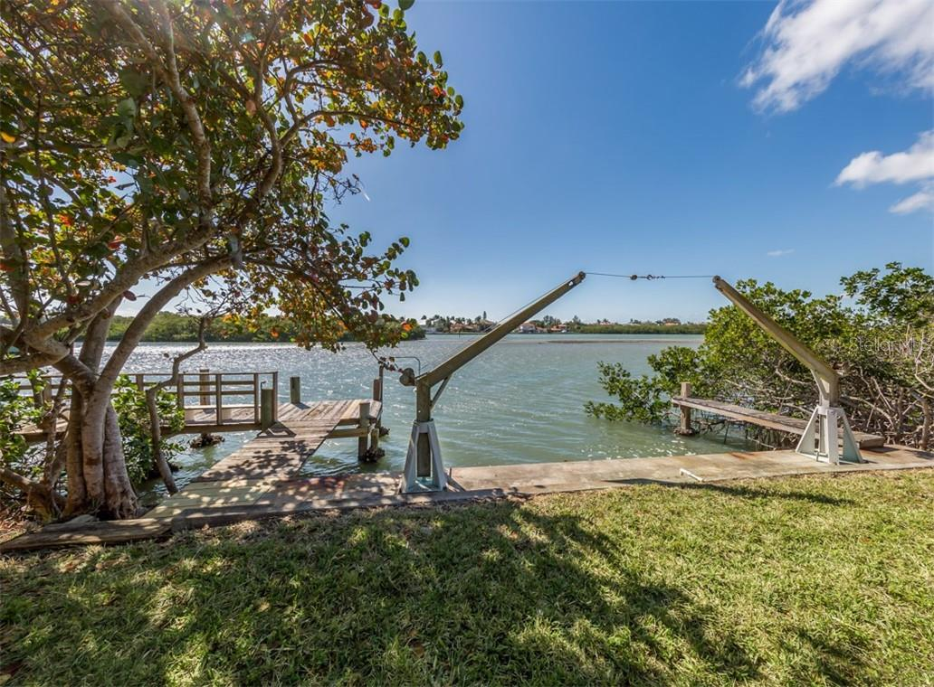 Dock, seawall - Single Family Home for sale at 915 Bayshore Rd, Nokomis, FL 34275 - MLS Number is N6109471
