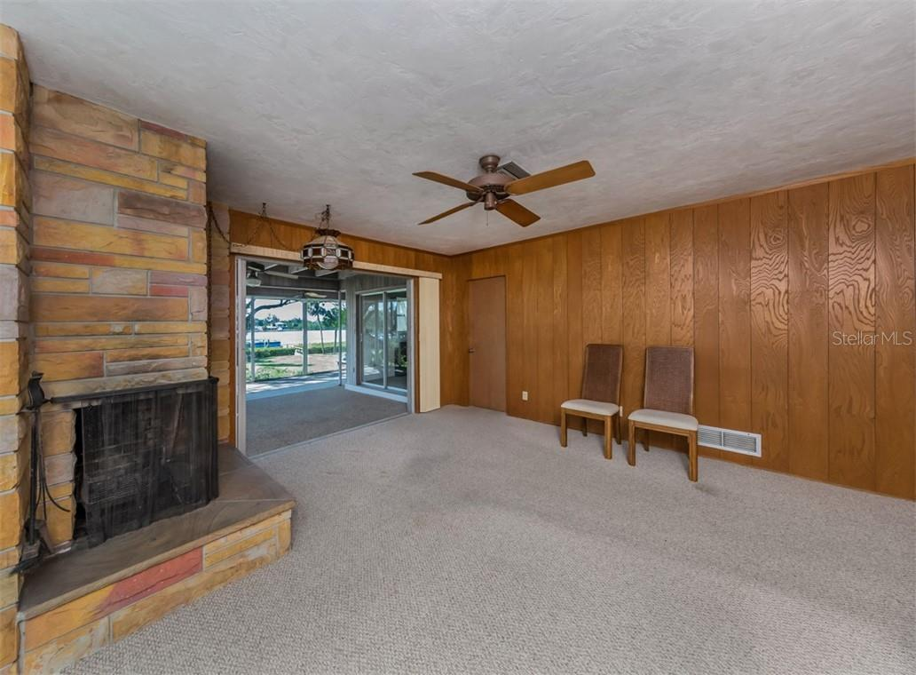 Family room with fireplace - Single Family Home for sale at 915 Bayshore Rd, Nokomis, FL 34275 - MLS Number is N6109471