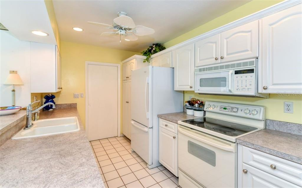 Kitchen - Single Family Home for sale at 404 Gulf Breeze Blvd, Venice, FL 34293 - MLS Number is N6110481