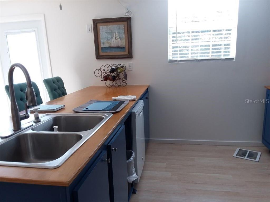Double sinks for easy cleaning of pots and pans - Single Family Home for sale at 707 S Green Cir #71, Venice, FL 34285 - MLS Number is N6111316