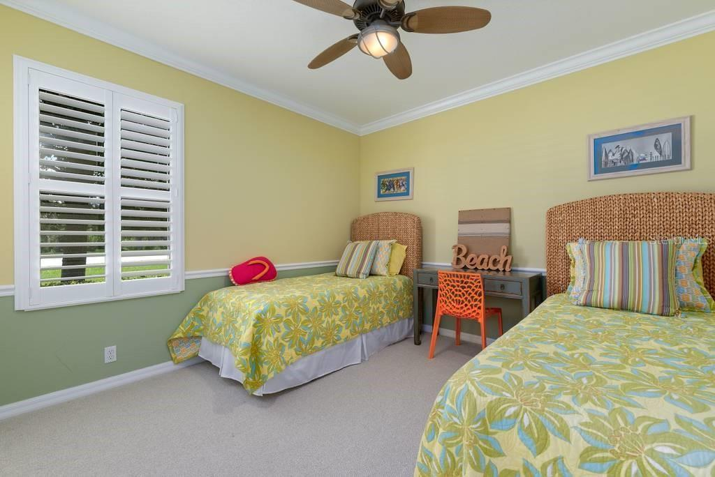 2nd guest bedroom. Note again, Plantation shutters and crown molding - Single Family Home for sale at 601 Cockatoo Cir, Venice, FL 34285 - MLS Number is N6111658