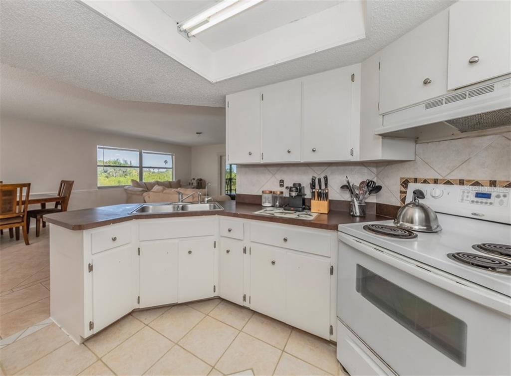 Kitchen - Single Family Home for sale at 9425 Myakka Dr, Venice, FL 34293 - MLS Number is N6112567