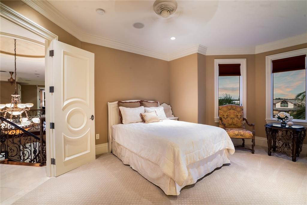 Bedroom 4, En suite bath and built in custom closet - Single Family Home for sale at 507 Casey Key Rd, Nokomis, FL 34275 - MLS Number is N6102642